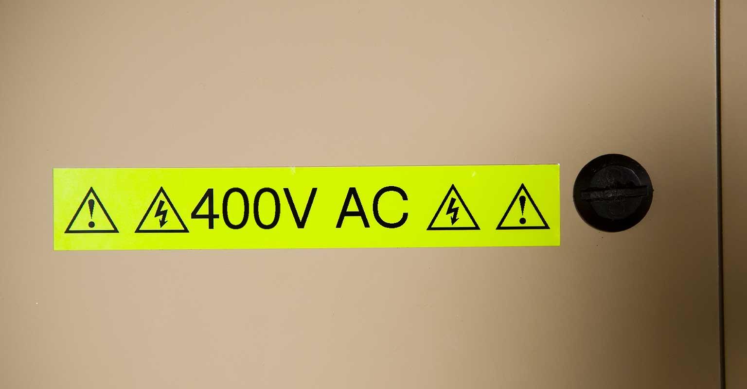 Brother fluorescerende tape varselskilt viser 400V AC
