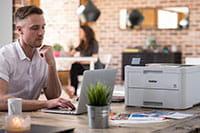 Man på kontorpult med farge LED skriver