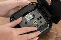 TZe-tape kassett settes i Brother P-touch P710BT merkemasin