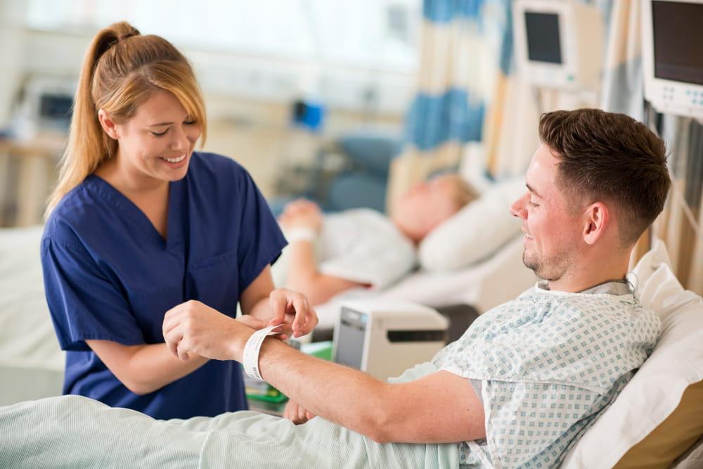 Pasient får påsatt pasientarmbånd