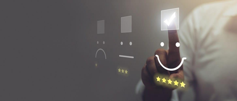 Fremtidens kontor - et bildet som viser kundeopplevelsen med positive vurderingsstjerner og smilende ansikter blir valgt via en klar berøringsskjermvegg