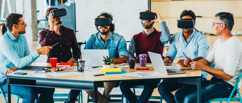 Fremtidens kontor - teknologisk bilde som skildrer seks kontormedarbeidere ved hjelp av VR forsterket virkelighetshodeapparater mens de jobber gjennom et forretningsmøte