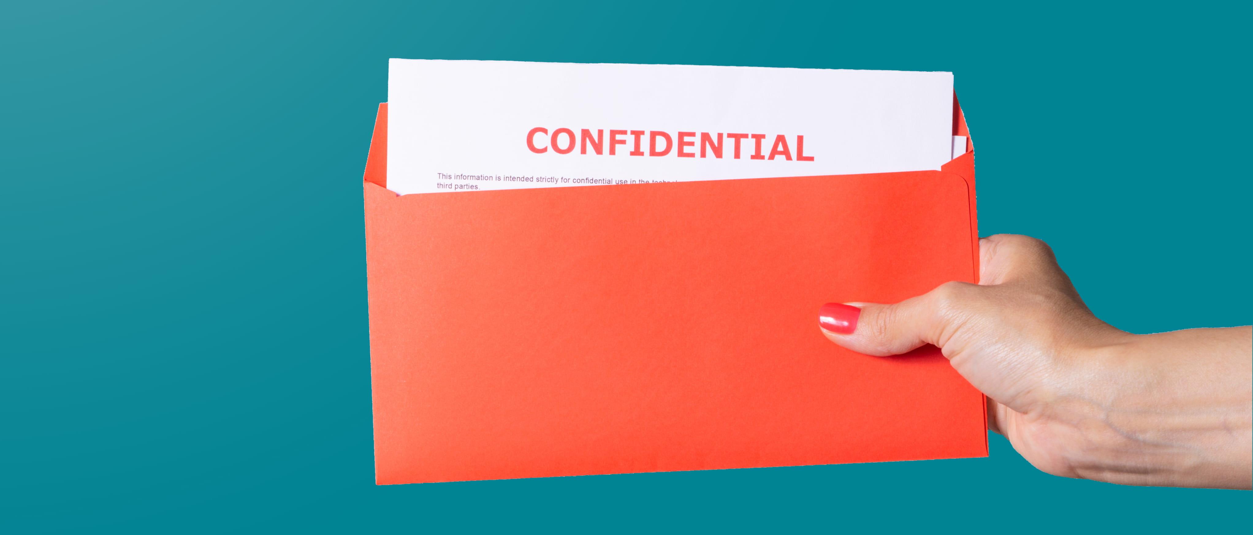 En hånd holder en korallfarget konvolutt med hvite dokumenter inni med ordene konfidensielle skrevet i rødt, alt mot en solid blågrønn bakgrunn