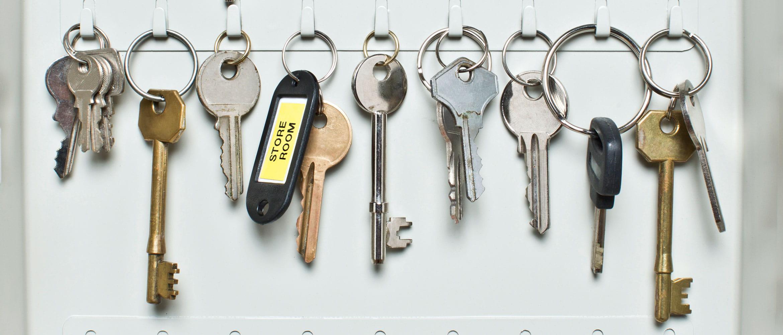 Nøkkelskap med nøkler som er merket
