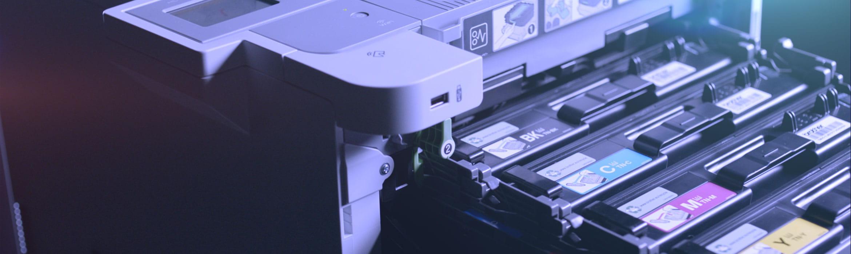 Brother HL-L9310CDW business skriver med skuff med tonerkassetter som er trukket ut fra skriveren