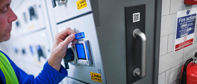 Elektriker monterer etikett