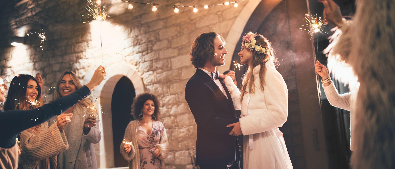 Mann og kvinne som danser sammen på bryllupsarrangementet deres