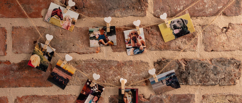 Fargebilder hengende på en vegg