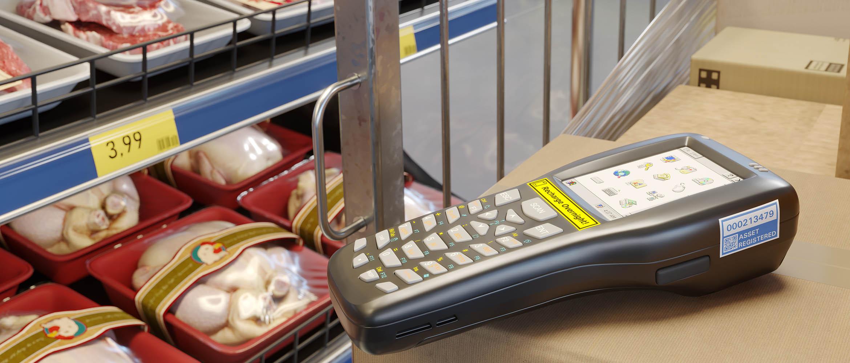 Holdbare merkelapper med Brother P-touch TZe-tape på strekkodeskanner og hyllekant