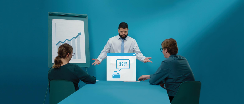 En mann gjør en presentasjon for en mann og en kvinne