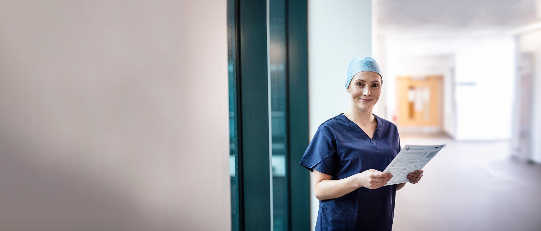 En ansatt på et sykehus i en korridor