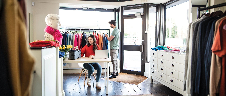 To mennesker i en klesbutikk