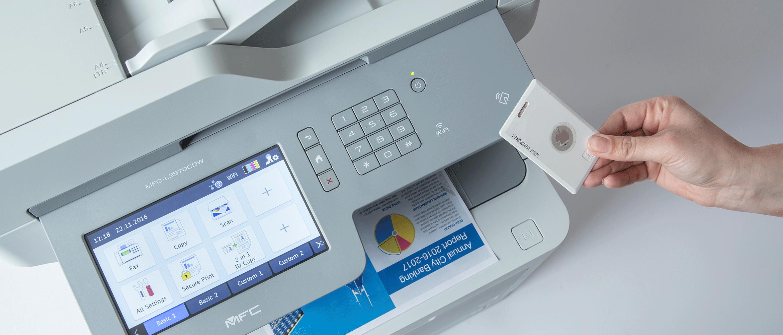 Et ID-kort holdes forran en Brother skriver med NFC for sikker utskrift