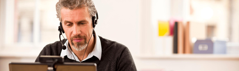 Mann med høretelefon