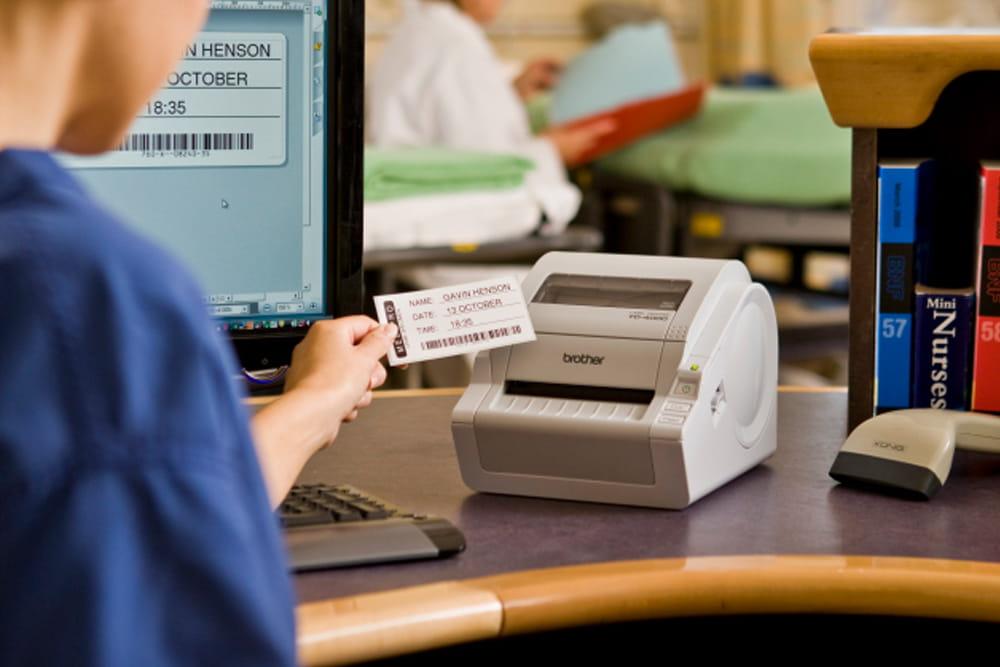 En etikett med informasjon om pasientens navn skrevet ut på en Brother etikettskriver