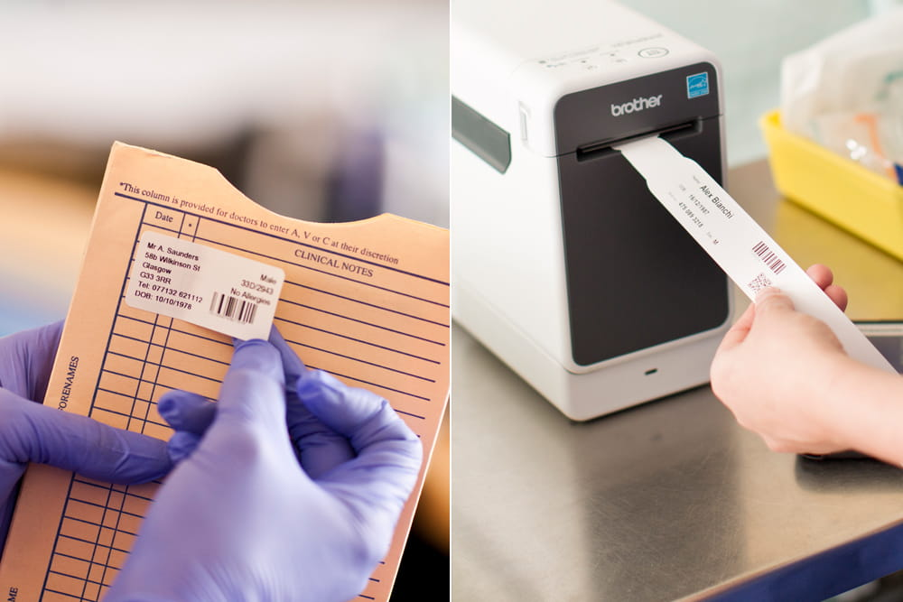 En person setter en merkelapp på en mappe og  utskrift av et pasientarbånd  på en Brother TD skriver