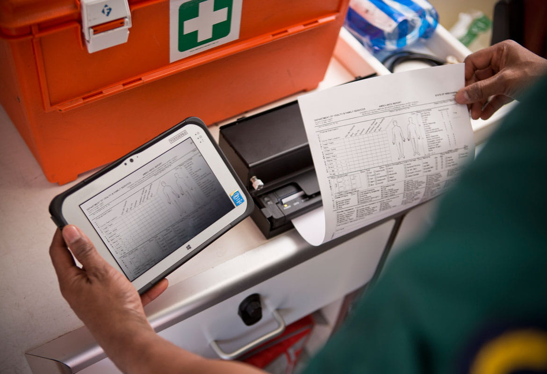 En helsearbeider skriver ut et A4 dokument på en Brother mobil dokumentskriver i PJ-serien