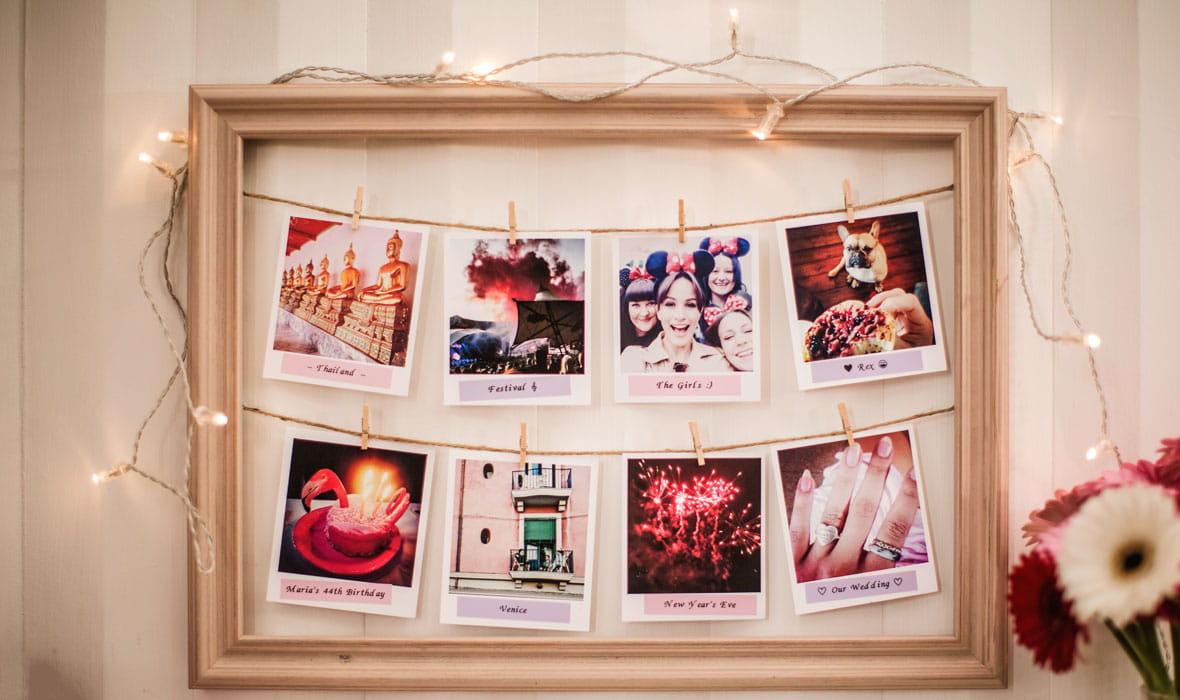 Fotografier festet på en snor i en ramme merket med en pastellrosa merkelapper laget på en Brother P-touch merkemaskin