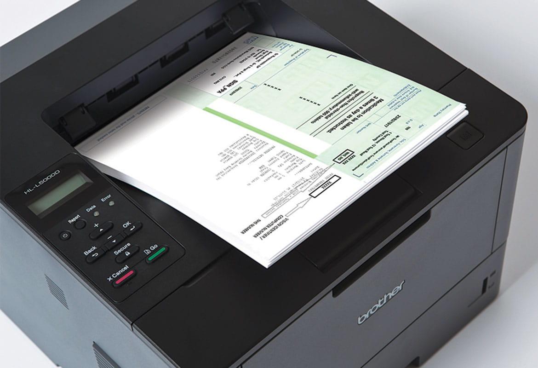 Resept blir skrevet ut på en Brother HLL5000D laserskriver
