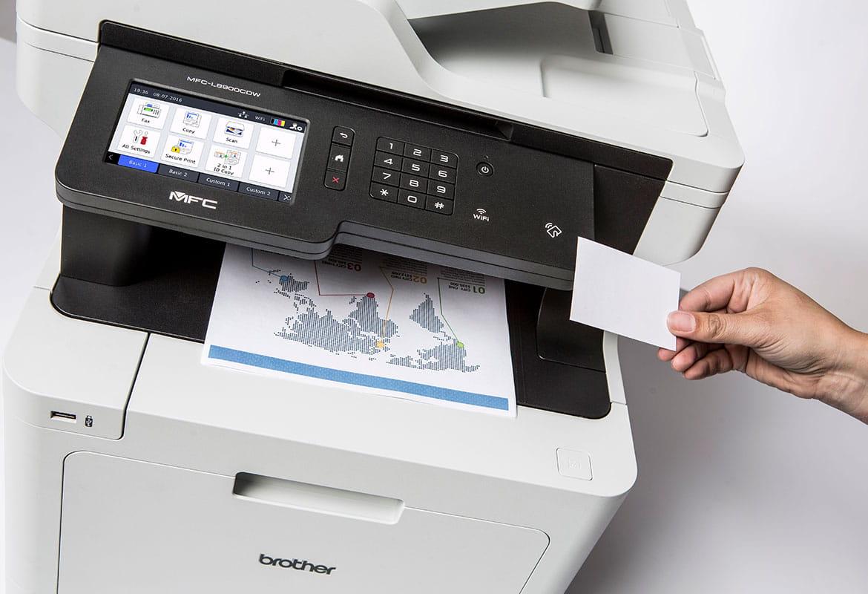 Person som bruker NFC-kort for å trygt skrive ut dokument fra Brother MFCL8900CDW multifunksjons farge laserskriver