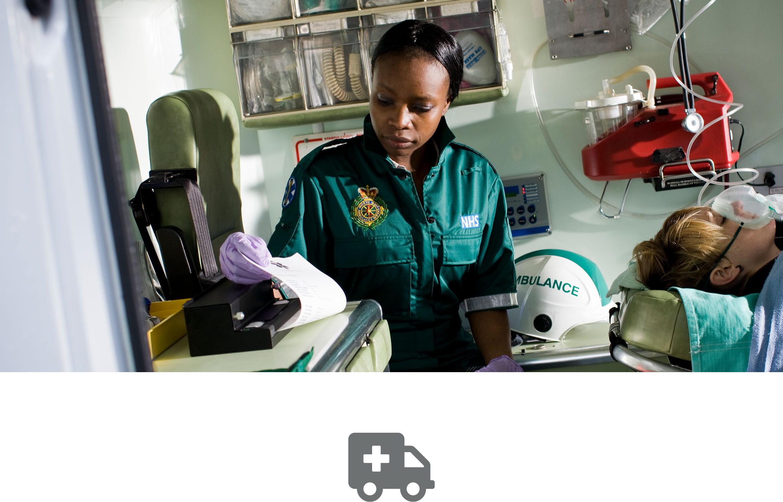 En ambulanseansatt med en pasient