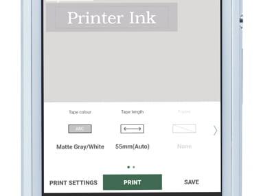 Brother P-touch Design & Print appen er zoomet inn på smarttelefonen og viser at merkelappen skrives ut