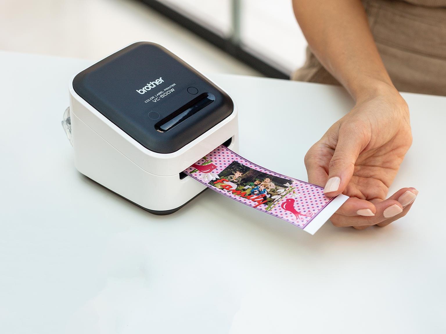 Brother VC500W fullfarge etikettskriver printer ut en bred etikett inkludert utklipp og fotografi
