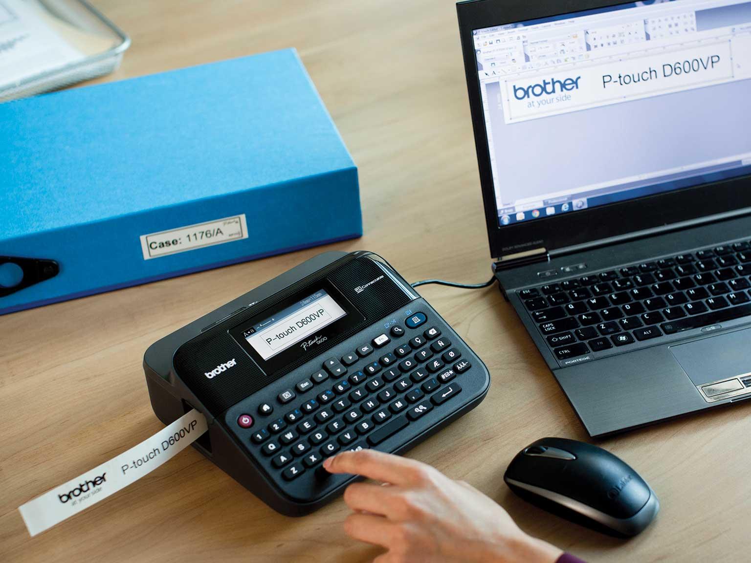 Brother P-touch merkemaskin på en kontorpult koblet til en datamaskin