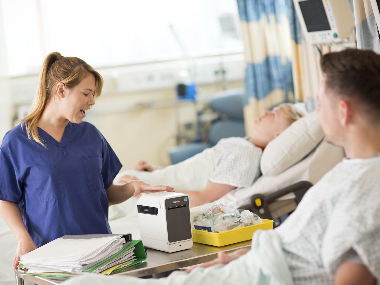 Etikettskriver ved sykehusseng