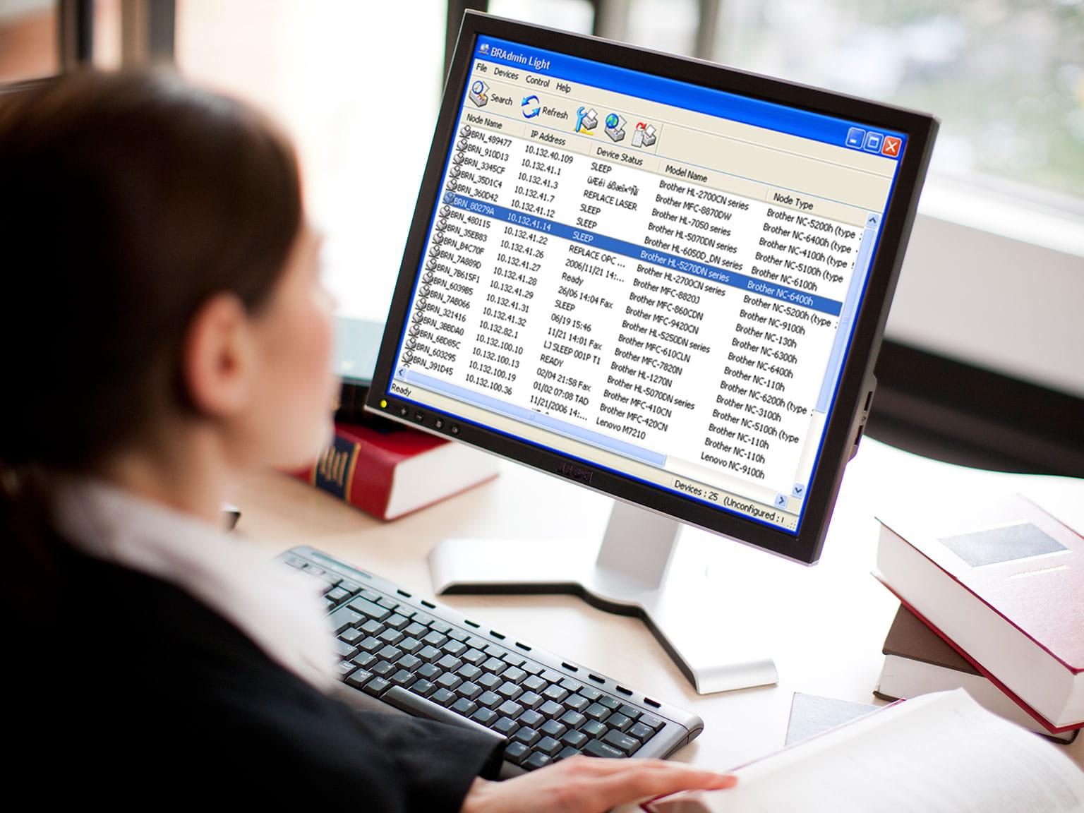 En kvinne på et kontor som jobber med datamaskinen