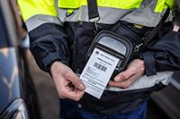 En ansatt printer på en mobil RJ skriver i en Brother PACC003 beskyttelsesveske