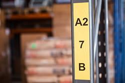 Bred DK etikett med sort skrift på gul bunn