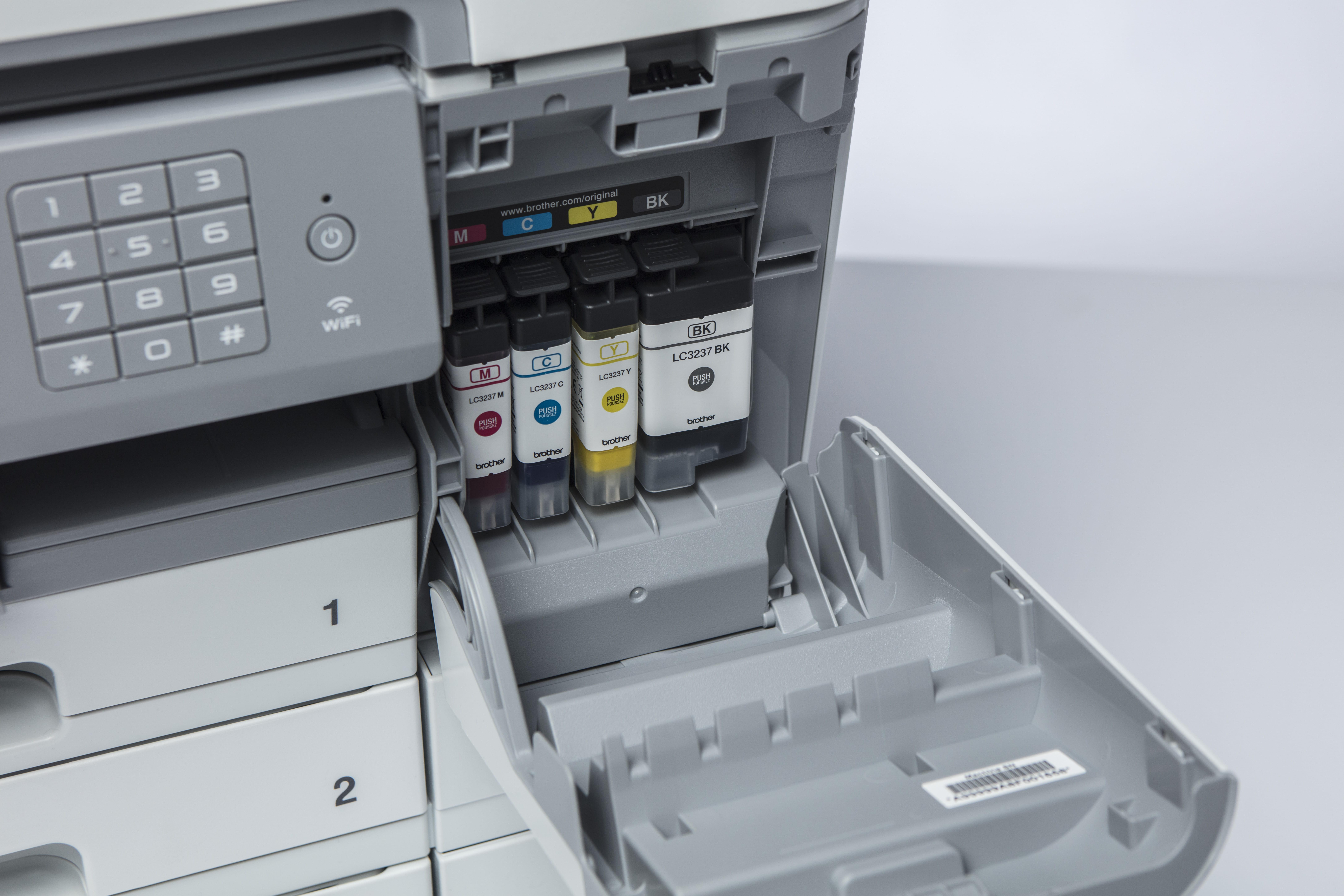 Blekkpatroner installert i Brother MFC J6947DW multifunksjon blekkskriver