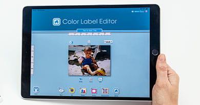 Nærbilde av en person som bruker Brother color editor app på en iPad