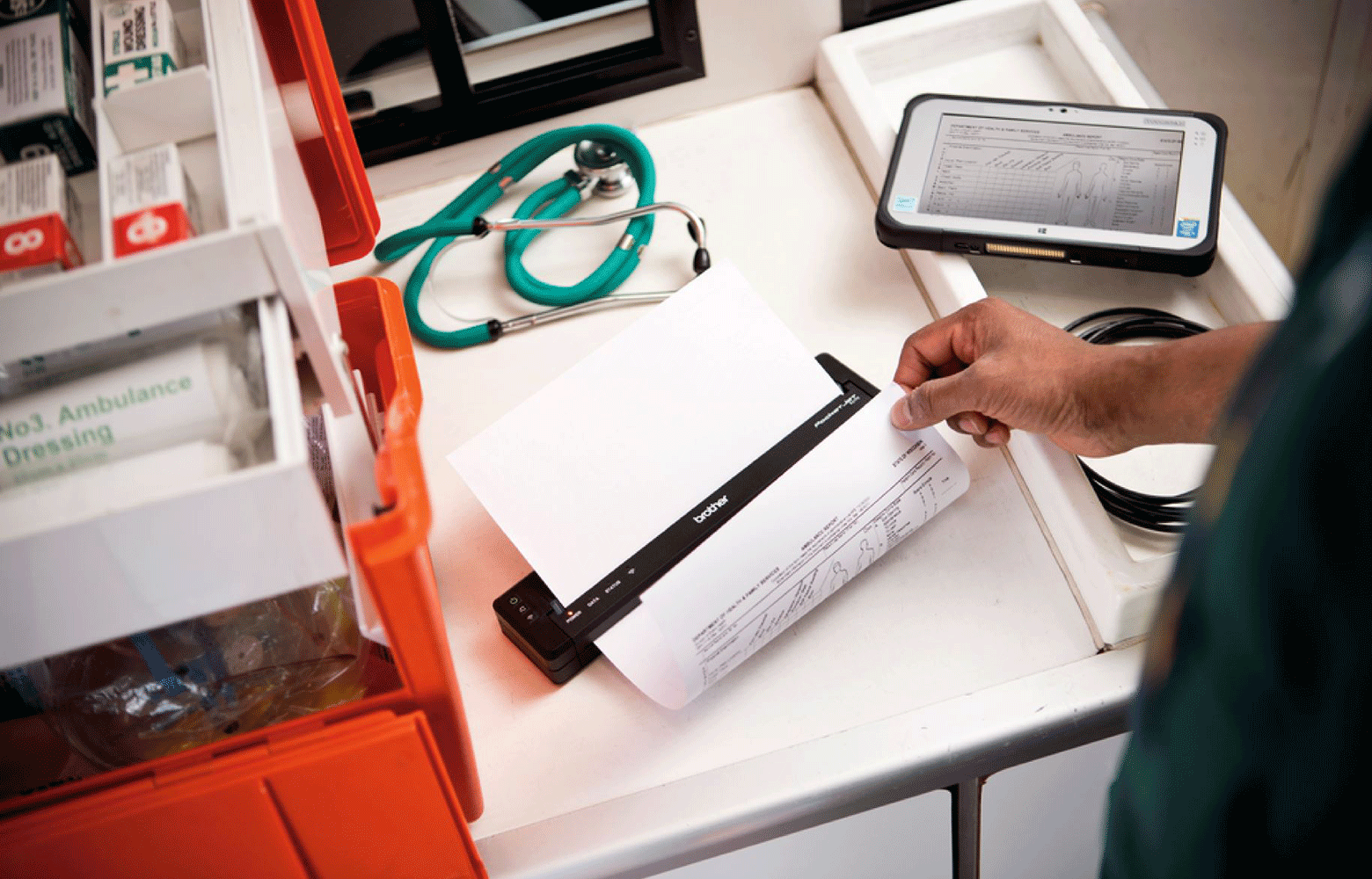 En helsearbeider skriver ut et A4 dokument på en Brother PJ mobil skriver