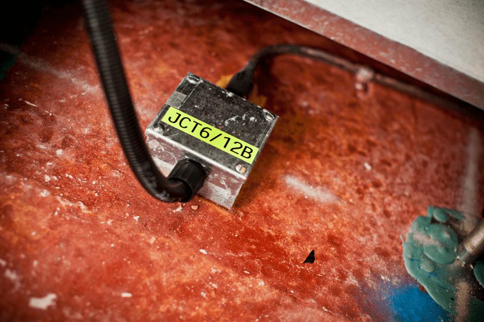 Original Brother TZeC31 merketape – sort på fluorescerende gul, 12 mm bred 4
