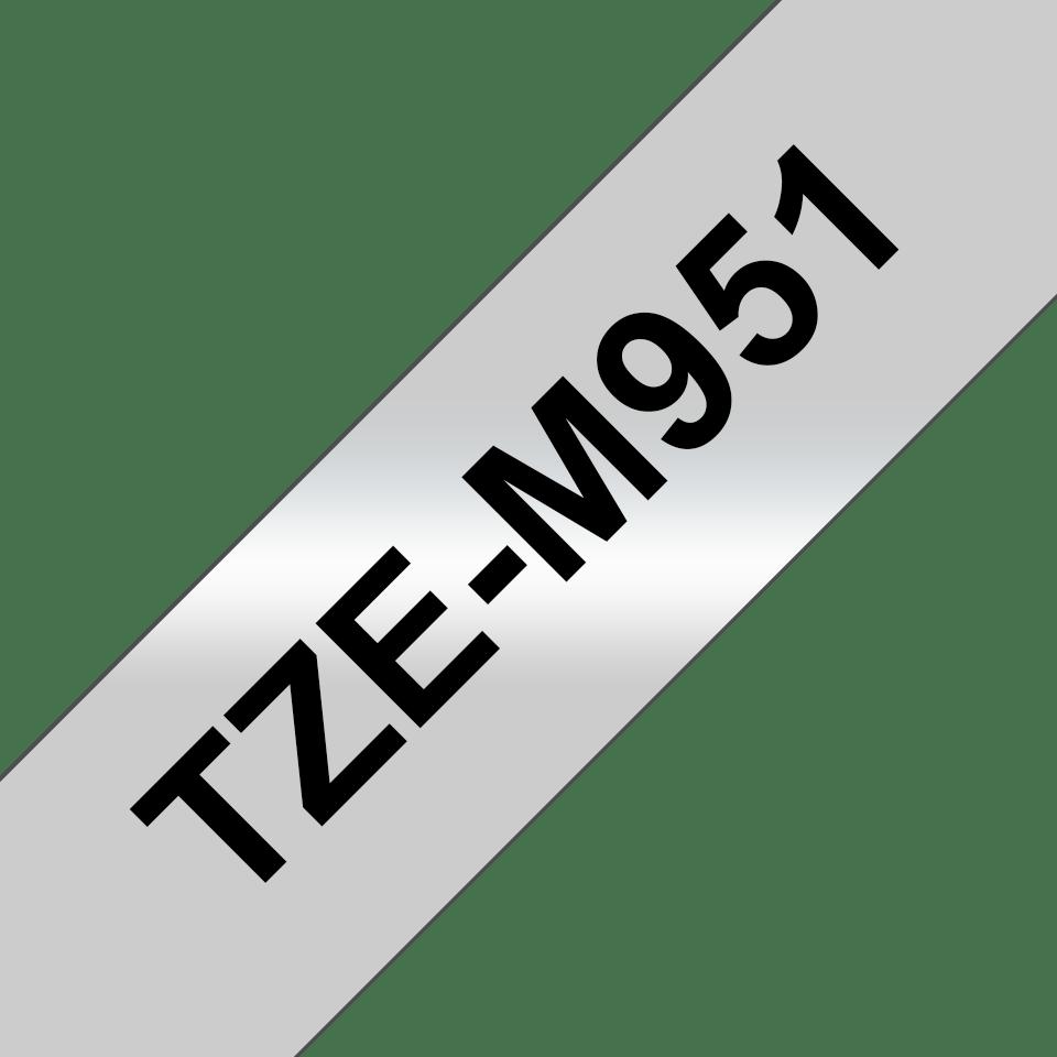 Original Brother TZeM951 merketape – sort på matt sølv, 24 mm bred 3