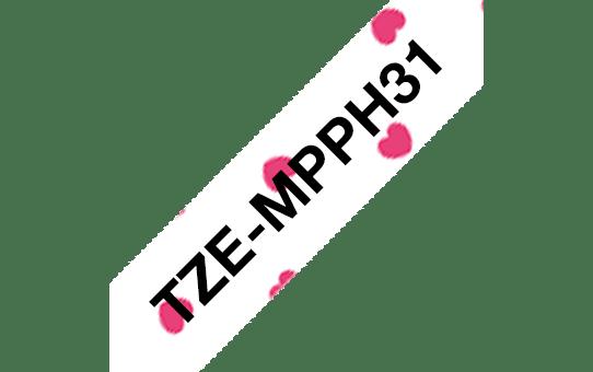 Brother original TZeMPPH31merketape - sort tekst på matt hvit bunn med rosa hjertemønster, 12 mm bred