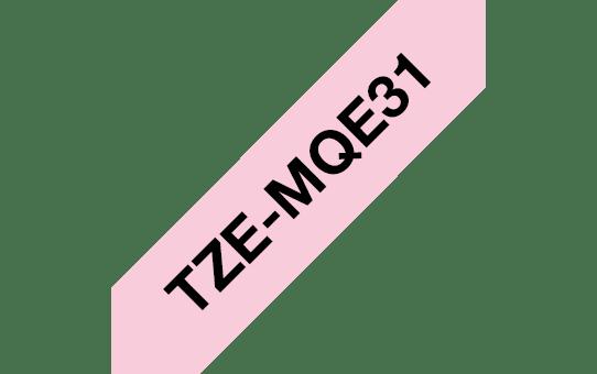Original Brother TZeMQE31 laminert matt merketape – sort på pastellrosa, 12 mm bred