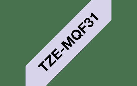 Original Brother TZeMQF31 laminert matt merketape – sort på pastell lilla, 12 mm bred