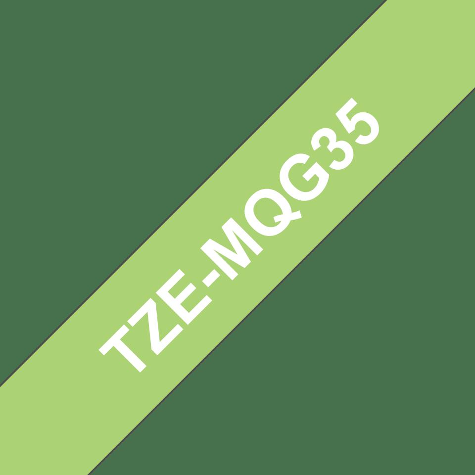 Original Brother TZeMQG35 laminert matt merketape – hvit på limegrønn, 12 mm bred