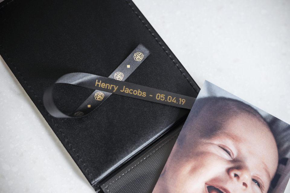 Originalt Brother TZeR354 silkebånd – gull på sort, 24 mm bred 4